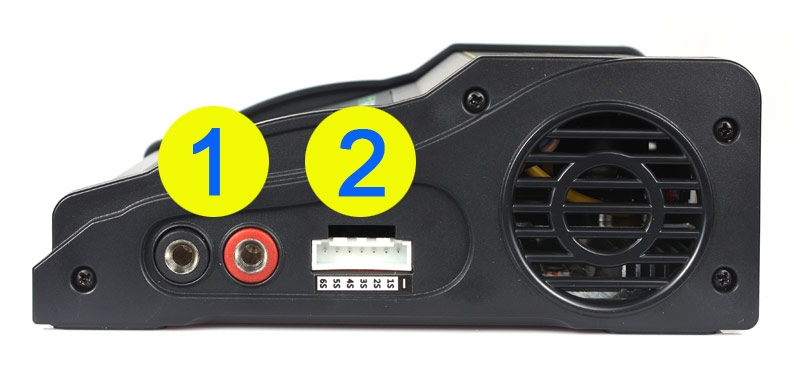 1) Anschluss Ladekabel: Lipo Ladegeräte haben zwei  4mm Buchsen um ein passendes Ladekabel anzustecken.   2) Anschluss Balancer:  hier kann die passende Balancer Buchse (auf diesem Bild JST XH 6 Zellen) des Akkus direkt angeschlossen werden. In den meisten Fällen wird aber ein Balancer Adapter zwischen Lipo Akku und Lipo Ladegerät verwendet.